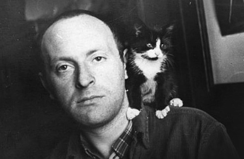 Black and white photo of Joseph Brodsky with a kitten on his shoulder